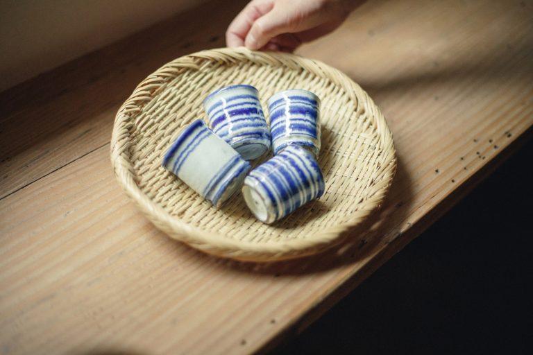 手に収まる感じがちょうどいい盃は、オランダの古い器をイメージしている。「薪窯を使っていて、まだ30代半ばと若いのに渋い雰囲気を持つ松葉さんの器。しっかりと強く、欠けにくいのも魅力」。各3,500円。