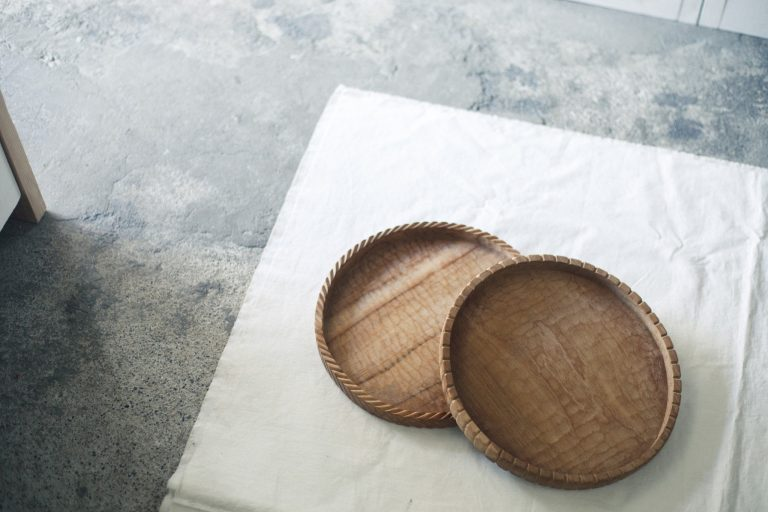 モロッコとバリにそれぞれ住む2人の日本人が営む雑貨店〈warang wayan〉。チーク製のトレイはインドネシアの職人が縁の飾りを彫っており、毎回異なるアレンジになっている。右9,000円、左10,000円。