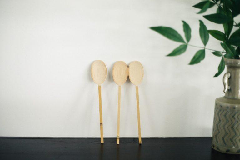 「韓国のスッカラを参考に、口にすっと入りやすい幅に」した竹の匙は、喫茶室で出されるかき氷に使われている。柄のどこかに節が入っているのは、竹のよさを感じてほしいとの気持ちから。各2,600円。