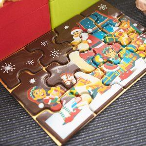 「クリスマスパズル」約18cm x 12.5cm、各3,300円。