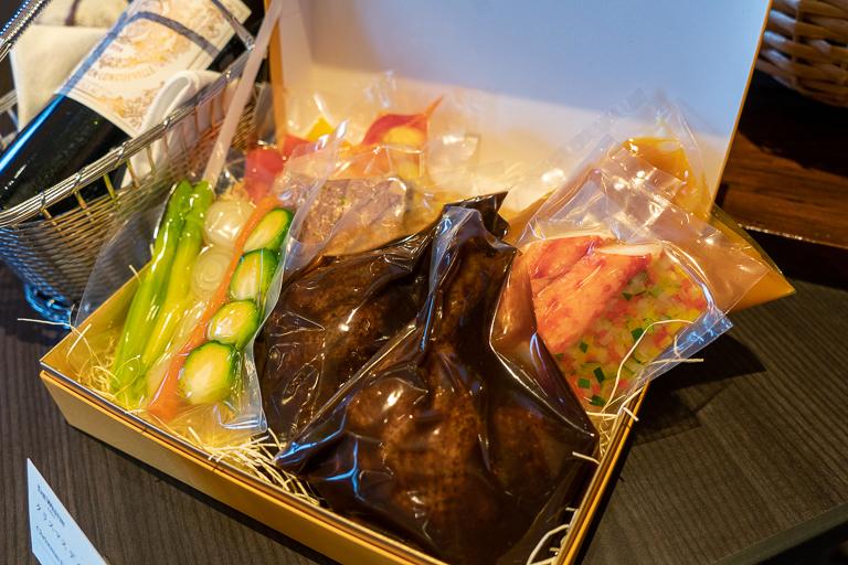 前菜、スープ、メインが真空パックになった「クリスマスディナーボックス」2名分 16,000円。