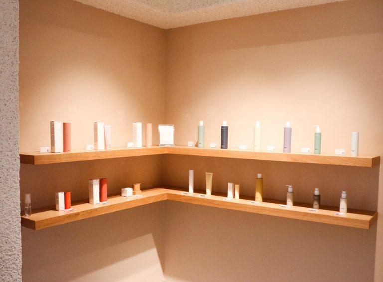 店内すぐ左に、全22アイテムが飾られるスペース。