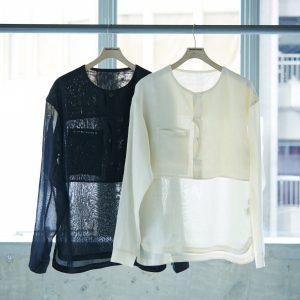 ブランドのコンセプトに合うよう、ベージュやカーキなどのアースカラーが基調。和紙本来の色を楽しめるホワイト(右)が人気。シャツ各16,000円。