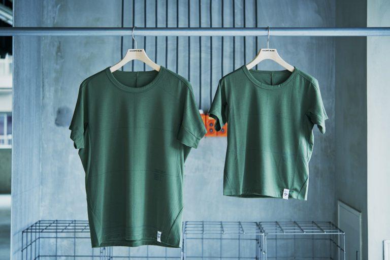 """服づくりのベースとなる型紙をプリントすることで、""""服から服へ""""という世界観を表現。Tシャツを着たときに最も重さがかかる肩の位置にカバーをつけることで、着やすさも◎。Tシャツ 左から6,000円、4,500円。"""