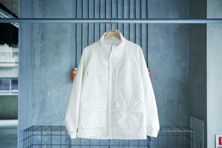 """通常は内側にあるポケットをあえて外側に取り付けることで、より快適な着心地を実現。""""見えるポケット""""がデザインのアクセントに。ライナージャケット49,000円。"""