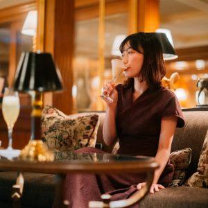 私は「Top Hat(トップハット)」(1,700円)というシャンパンベースのカクテル、彼女はブランデーベースの「Royal Enclosure(ロイヤルエンクローザー)」(1,400円)に。