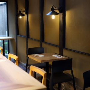 照明が柔らかく灯るテーブル席。