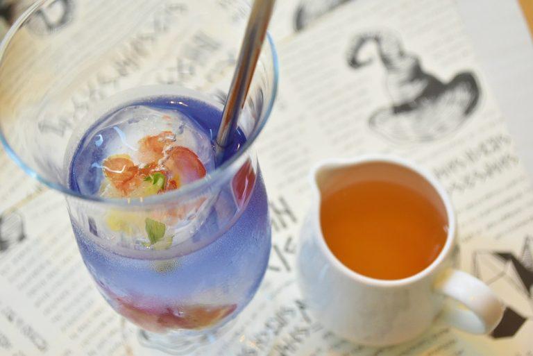 レモンを入れると色が変わる「ハロウィーンスペシャルドリンク」(有料)。