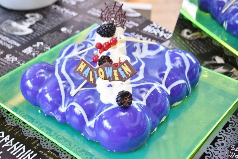 不思議な色のケーキ中は、ピンク色のベリームース!「紅茶とベリーのマジックミラーケーキ」。