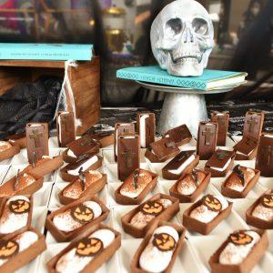 「黒米とチョコレートの棺桶タルト」。