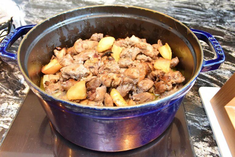 砂糖やみりんは使用せず、ブルーベリージャムで照り焼きにした「ブルーベリー風味の照り焼きチキン 焼りんご添え」。