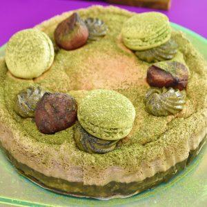 秋らしく栗と抹茶マカロンが飾られた「マジック抹茶ケーキ」。