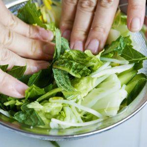 【POINT】野菜に塩を軽くなじませて。
