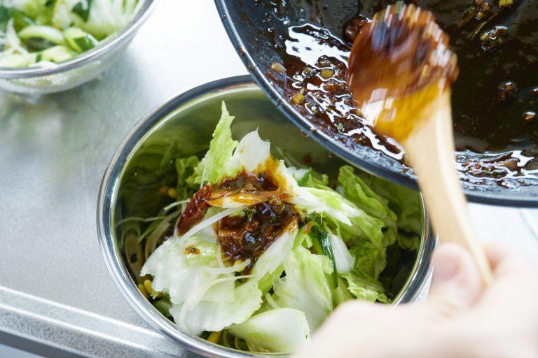 【POINT】野菜を入れたあとにタレの残り半分を入れる。