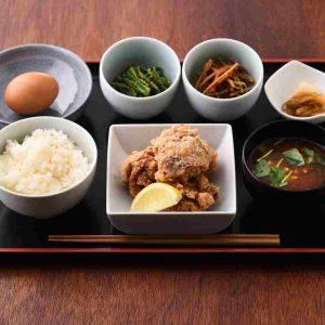 「唐揚げと卵かけごはん定食」980円。