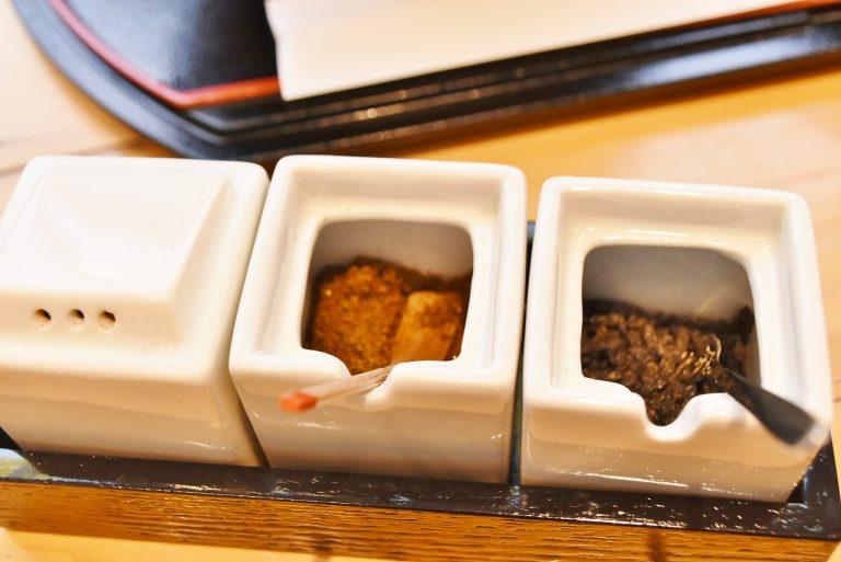 テーブルに置いてある薬味は左から、山椒、黒七味、塩昆布。そして小豆島の醤油もあります。