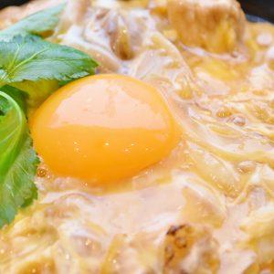 つやつやぷっくりの「竹鶏たまご」。