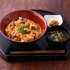 さくらんぼ鶏の親子丼(味噌汁・お漬物付き)テイクアウト可 880円。