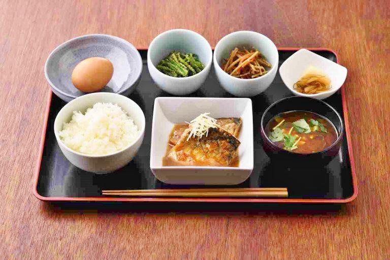 「鯖味噌と卵かけごはん定食」980円。