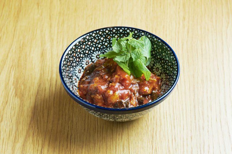 ナスとパプリカのスパイシーなトマト煮込み「マブチャ」1,200円。