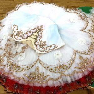 「夢の場」で着る衣裳は、近くで見るとうっすらとグラデーションがかかっていて、とてもきれい!