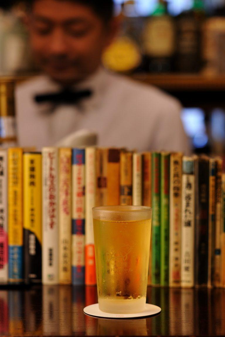キレ、爽快感、飲み応え、どれを取ってもピカイチの名物・氷なしハイボール1,150円。液体の冷たさで曇ったグラスの背景に、ずらりと本が並ぶ景色も味。/チーズが、揚げ物が…一杯をもっとおいしく