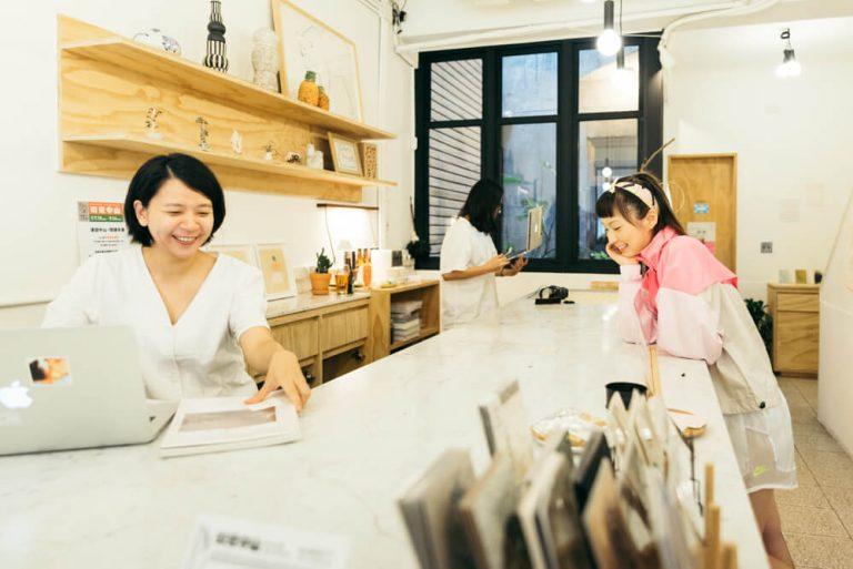 大安区にある人気の書店〈朋 丁 pong ding〉。カフェも併設されているので、ゆっくり楽しめる。