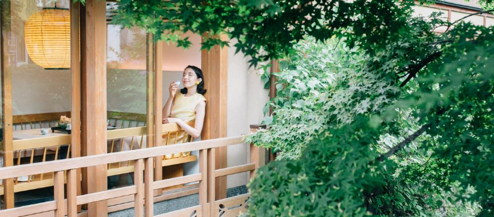 【京都】築120年の京町屋をリノベーション。白川のせせらぎを眺める喫茶&バー〈お茶と酒 たすき〉。/Alice in Cafeland