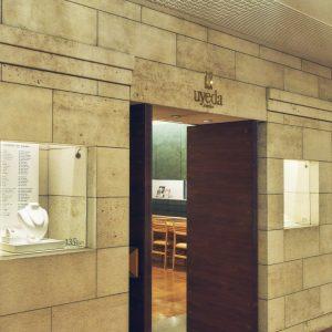 1923年、ライト館にアーケードがオープンした当初から営業する、1884年創業の〈ウエダジュエラー〉。ハンドメイドの美しさとつけ心地の良さが愛されている。大理石やライムストーンなど天然素材を多用した風格ある店構え。