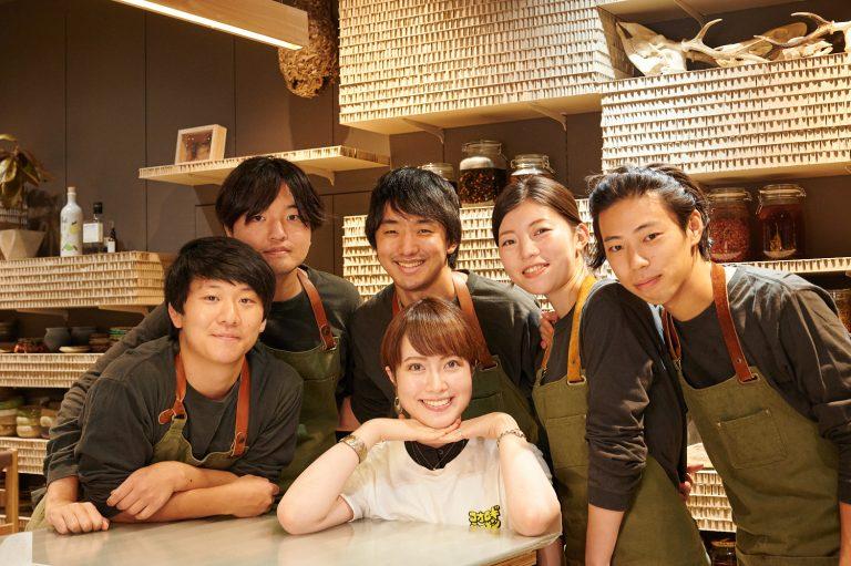 平均年齢26歳。まさにHanako世代入口の〈ANTCICADA〉メンバー。フレッシュな魅力と食を伝えるエネルギッシュさに満ち溢れている(feat. ちゃっかり囲んでいただいた谷本)。