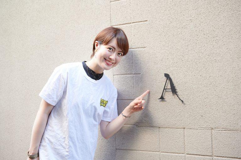 コンクリート打ちっ放しの外観に映える「A」のロゴは、オオクワガタの脚がモチーフ。オタクかつクール過ぎる発想に痺れつつ入店(プライベートで訪れて一瞬でファンになってしまった谷本は、お店オリジナルTシャツを着用)。
