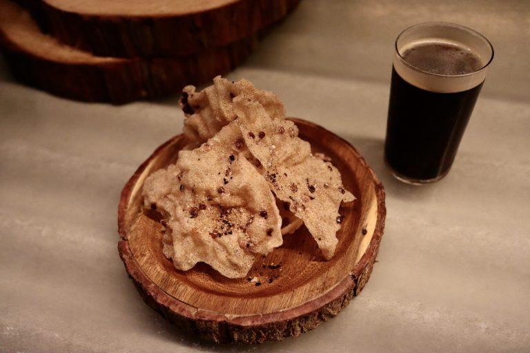 コース最初のペアリング。コオロギ出汁の粉末を使った『コオロギスナック』には、遠野醸造との共同開発によって生まれた『コオロギビール』を。