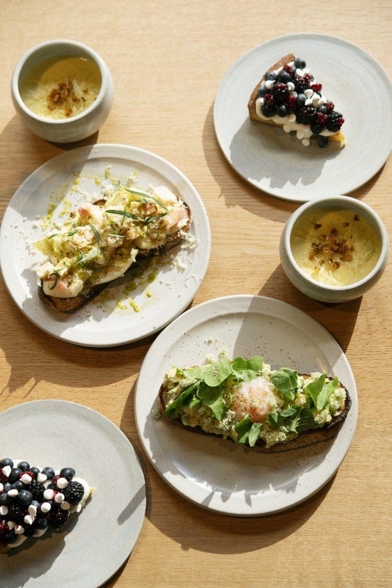 鶏肉・アボカド・温泉卵と、桃・モッツァレラ・エストラゴンのオープンサンド。メニューは週替わり。