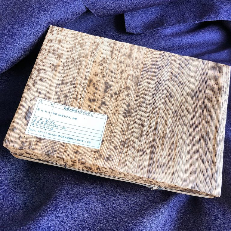 風呂敷をほどくと、竹の皮で作られた箱が。