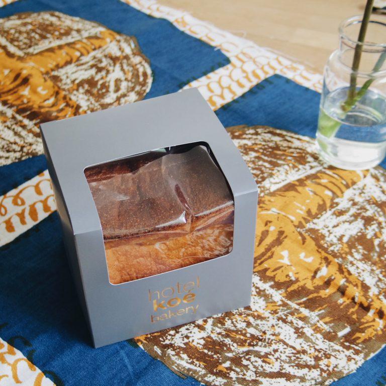 アクセサリーか「フィナンシェ食パン」か、というくらいの堂々たる風格。