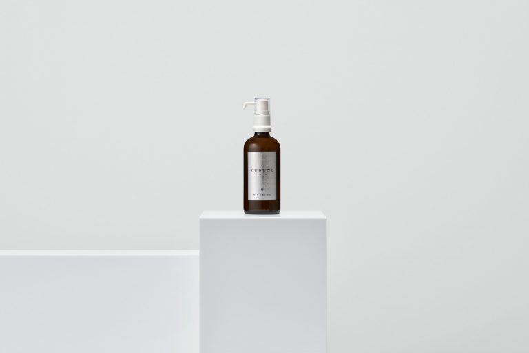「RAW EMU OIL(生エミューオイル100%)」100ml 8,800円(税込)。