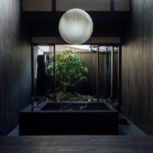 和紙の照明が月のように浮かぶバスルーム 