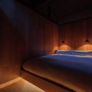  大の字になって寝られるクイーンサイズのベッド 