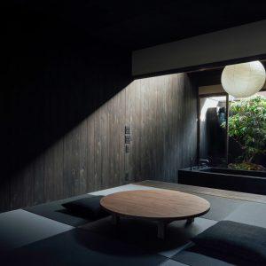  黒い畳、黒い壁で構成された暗がりの和室 