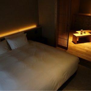  大きなベッドの横に小上がりの空間 