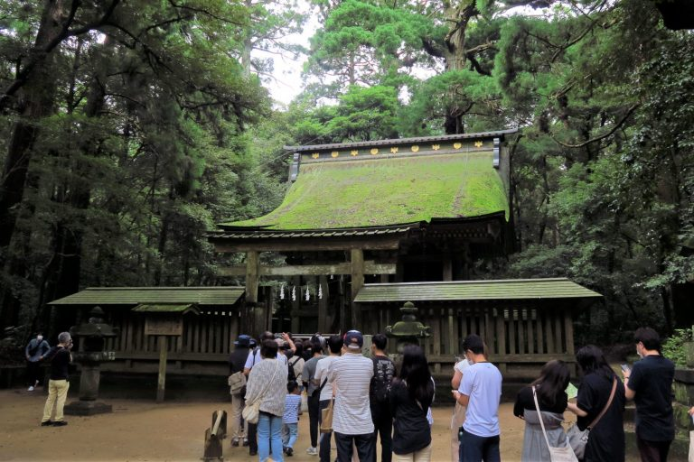 〈鹿島神宮〉の摂社「奥宮」にはご祭神の荒魂をお祀りされています。