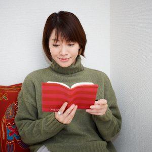 お気に入りのブックカバーは、〈ケイトスペード〉のもの。「読書中はストレッチをしながら読むはことも」。