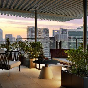 最上階に位置する1室のみの「チャプター4 スイート リュクス」の60㎡のバルコニーからは、東京ベイエリアと緑豊かな浜離宮恩賜庭園を一度に見渡すことができる。