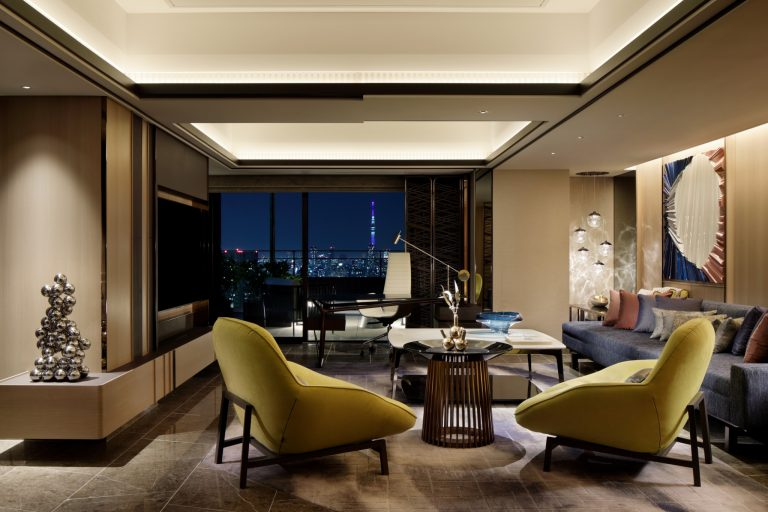 AK_TYOAM_GuestRoom_Chapter4_Suite_Luxe_Living