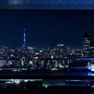 バルコニーのカウンター越しに望む、大迫力の夜景。