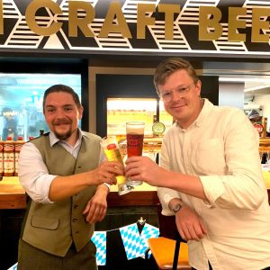 〈シュマッツ〉創業者のマーク・リュッテンさんと、ディプロム ビアソムリエのセバスティアンさん。