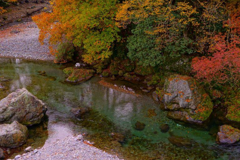 〈黒茶屋〉から、川沿いに絶景を眺めながら下っていく。