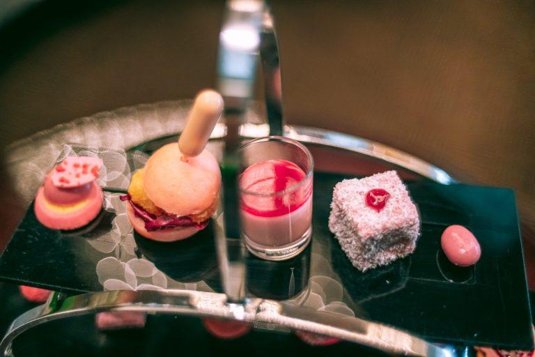 左から「ルビーチョコレートとストロベリーガナッシュ」、「ポップコーンシュリンプバーガー」、「ルビーチョコレートパンナコッタ」、「ルビーチョコレートとラズベリーレミントン」、「アーモンドルビーチョコレート」。