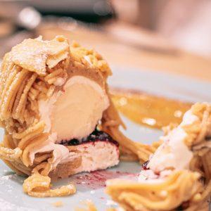 栗ペーストの下には、豆乳で作ったクリームとフロマージュブランのジェラート、サクサクのメレンゲ、セミドライのいちじくとカシスのコンポートが層になっています。