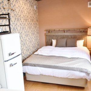 冷蔵庫や冷暖房、寝具も備えているからストレスなくキャンプが楽しめる。